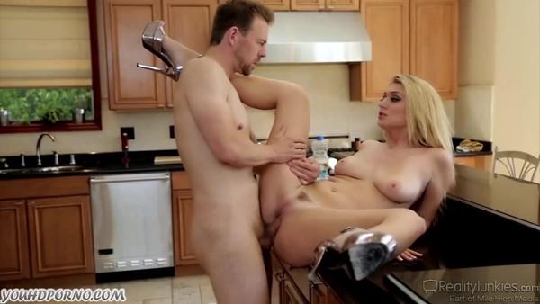 Трах на кухне фигуристой блондинки с красивой грудью