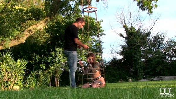Симпатичную девушку парень посадил на цепь
