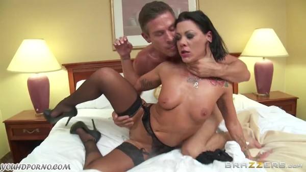 Откровенное порно с шаловливой брюнеткой в чулках