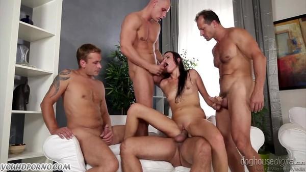 Это первый групповой секс для брюнетки