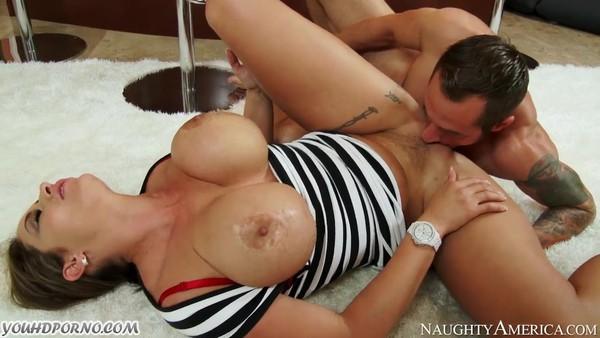 Порно с большегрудой барышней на полу