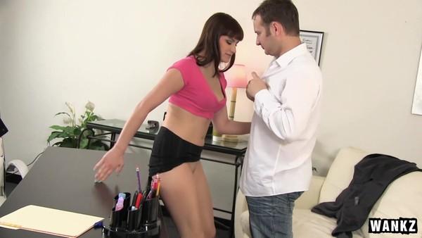 Парень взял к себе на работу сексуальную брюнетку