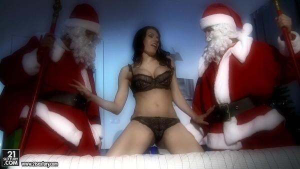Парни в костюмах Деда Мороза трахают грудастую красавицу