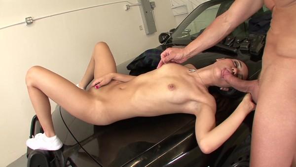 Молодушку трахнули на капоте полицейского авто