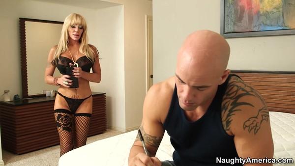 Лысый парень и зрелая похотливая проститутка в чулках