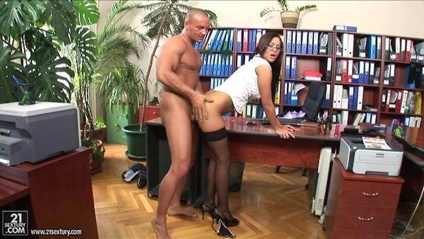 Секс с обворожительной секретаршей в черных чулочках
