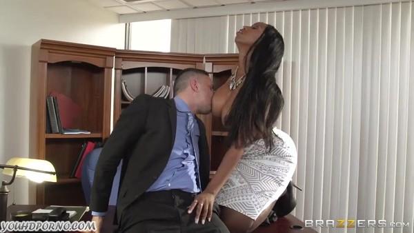 В офисе поимели темнокожую развратницу с огромной грудью