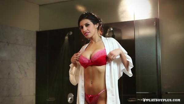 Принимает теплую ванну замечательная брюнеточка