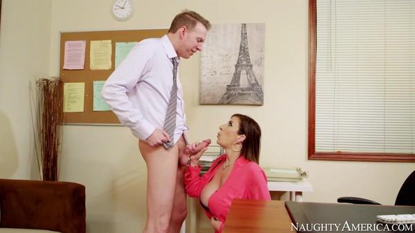 Начальник трахнулся со зрелой секретаршей Сарой Джей
