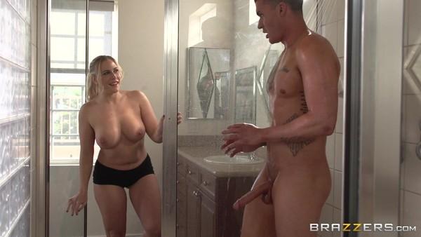В ванной комнате парень поимел аппетитную блондинку