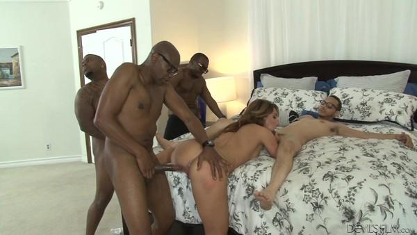 Шаловливая сучка участвует в межрасовом групповом порно
