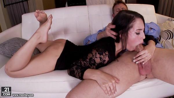 Гламурная брюнетка пытается удовлетворить парня ножками