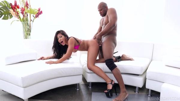 Негр заталкивает половой член в анальный проход красавицы
