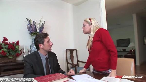Мужчина жестко перчит блондинистую студентку на столе