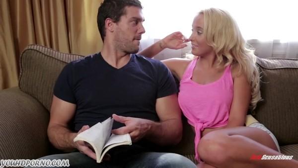 Молоденькая блондинка предложила другу заняться сексом на диване