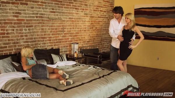 Мужчина развлекся с двумя светловолосыми потаскушками на кровати