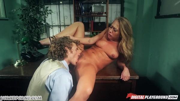Молодой начальник отодрал на столе блондинистую красавицу