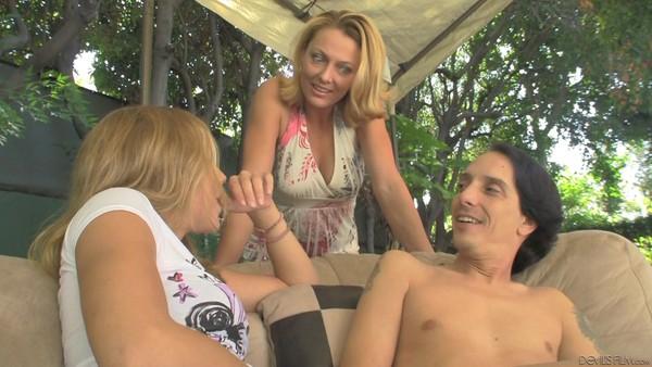 Молодая и зрелая блондинки отсасывают пенис худощавого пацана