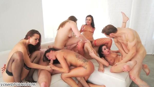 Бурная групповая оргия с сексуальными и обворожительными девицами