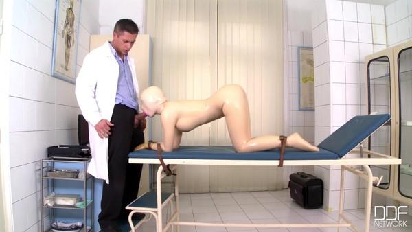 Молодой доктор трахает в рот незнакомку в латексе на кушетке