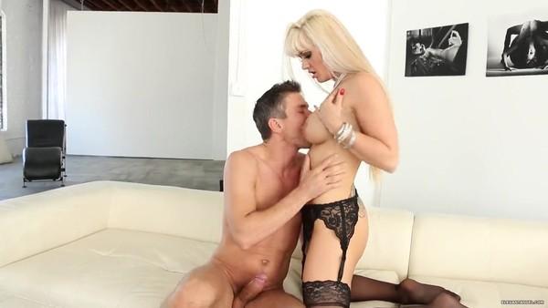 Изумительная блондинка в черных чулках получает пенис в задницу