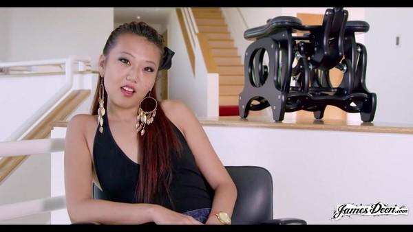 Азиатская девушка расставляет ножки и наслаждается кунилингусом