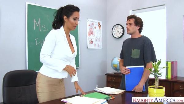 Молодой студент предложил преподавательнице совокупление