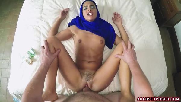 Большой пенис с трудом вошел во влагалище арабской девушки