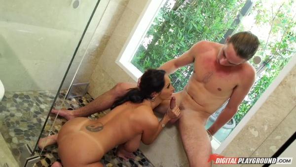 Шикарная женщина Ава Аддамс объездила молодого парня в ванной комнате