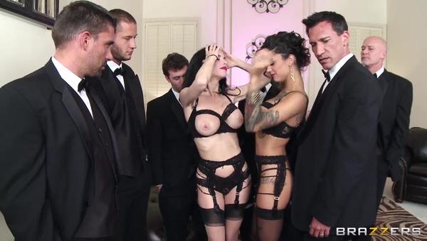 Две элитные проститутки попытались удовлетворить толпу мужиков