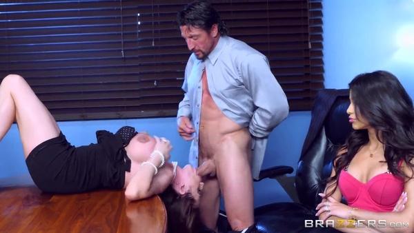 Мужчина оприходовал жену и молоденькую секретаршу в офисе