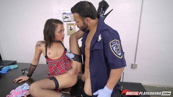 Полицейский проверил анальное отверстие симпатичной шлюшки