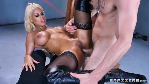 Блондинка Bridgette B получает крепкий пенис в аппетитную попку