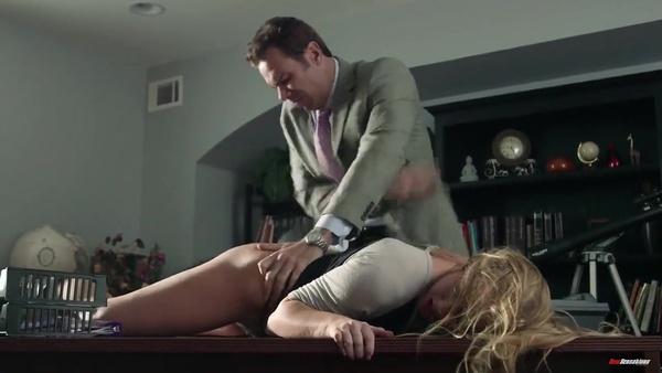 Мужчина жестко обращается со светловолосой молодой секретаршей