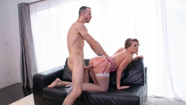 Запихивает пенис в большую аппетитную попочку подружки