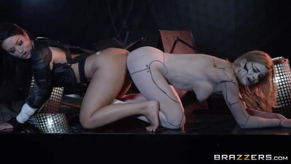 Могучие Рейнджеры (2 часть): Katrina Jade лижется с девушкой-роботом