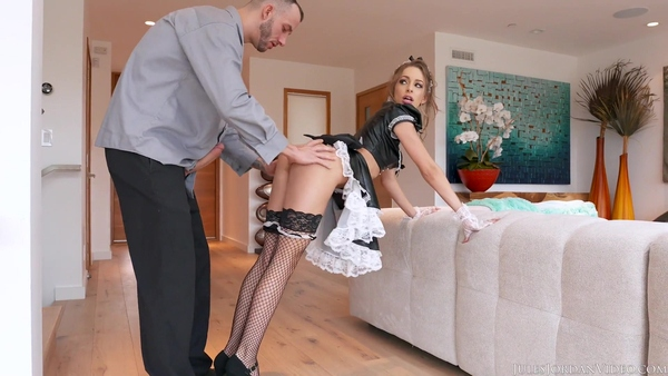 Соблазнительная проститутка в роли домработницы