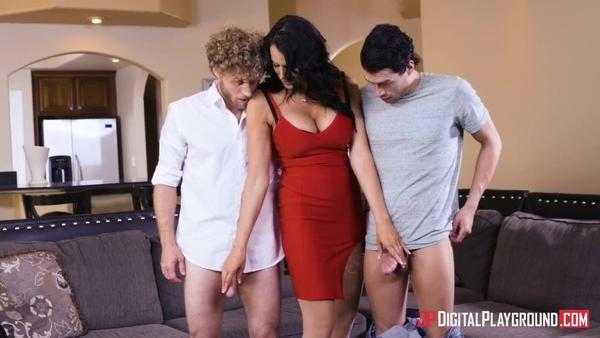 Ухоженная дамочка проверяет парней на верность