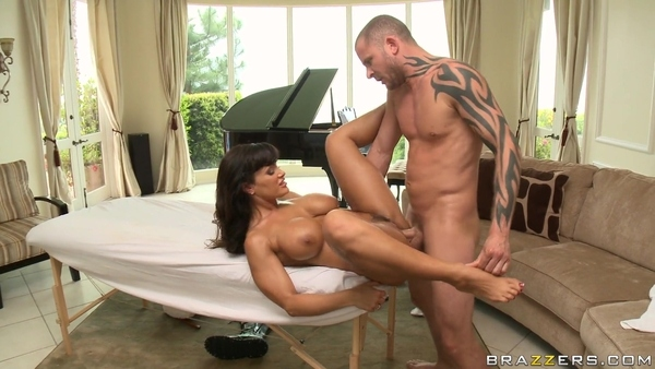 Мускулистый массажист дрючит зрелую клиентку в аппетитную жопу