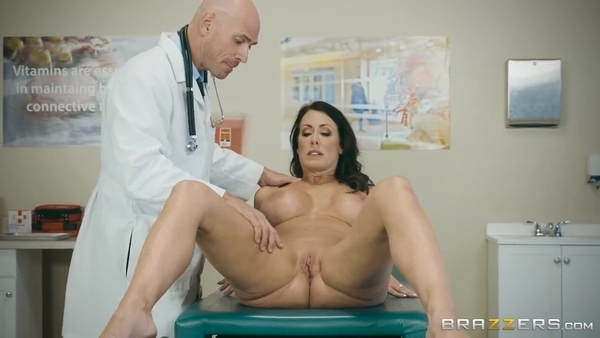 Лысый доктор возбуждается, глядя на обнаженную зрелую пациентку