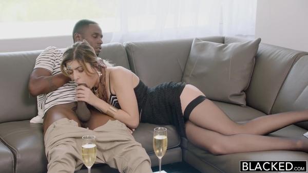 Восточная красавица в чулках сосет черный член перед межрасовым сексом