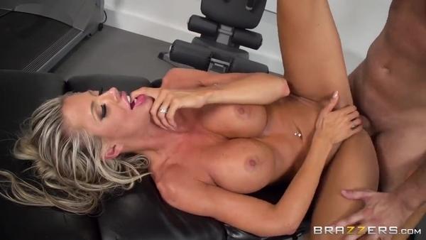 Горячая блондинка отдалась массажисту после тренировки
