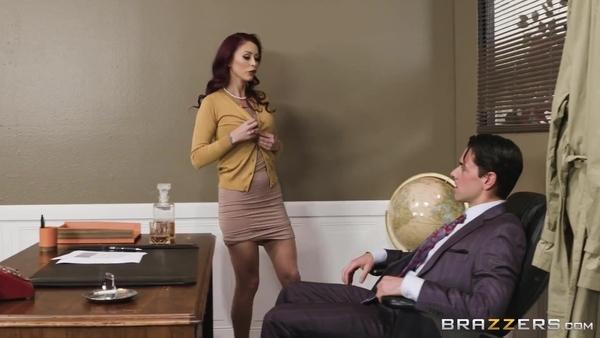 Рыжеволосая секретарша предложила начальнику половое сношение