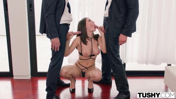 Соблазнительная девка Lana Rhoades развлекается с двумя чуваками