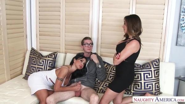 Две жаркие бабенки без проблем ублажили парня в очках