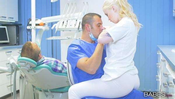 Доктор и светловолосая медсестра по-быстрому трахнулись во время операции