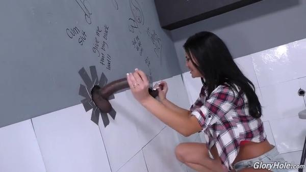 Jasmine Jae удовлетворилась черными членами через дырки в стене