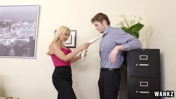 Начальница с глубокой глоткой охмурила подчиненного на трах в офисе