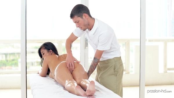 Сексуальная азиатская девушка пришла на эротический массаж