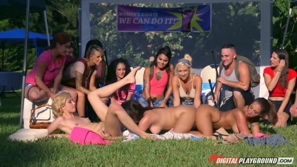 Откровенные девушки устроили лесбийские развлечения на публике